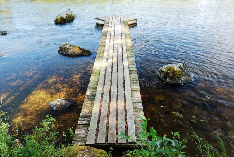 Drewniany footway na jeziorze zdjęcie royalty free