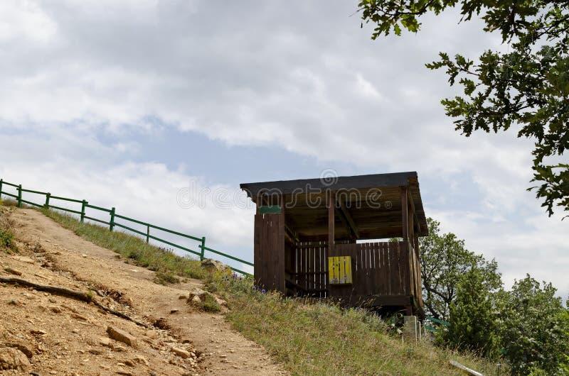 Drewniany góry schronienie dla spoczynkowej pobliskiej ścieżki w kierunku Stob ostrosłupów, zachodnia część Rila góra, Kyustendil fotografia royalty free