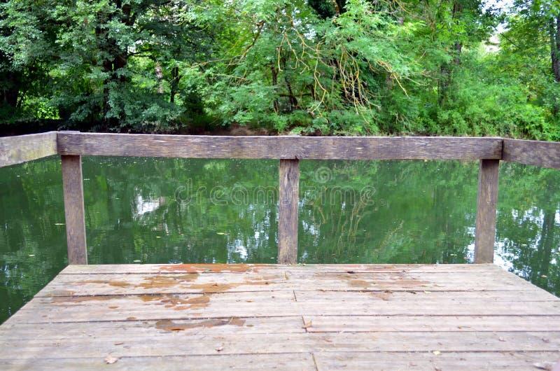 Drewniany gangplank przy rzeką obrazy stock