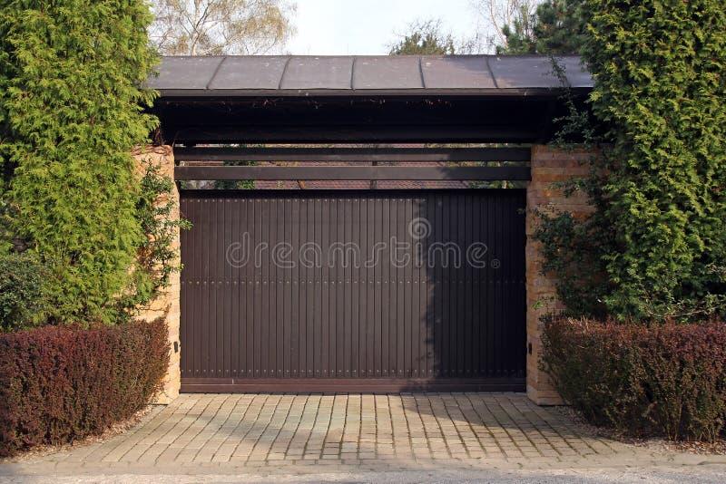Drewniany garażu drzwi fotografia royalty free
