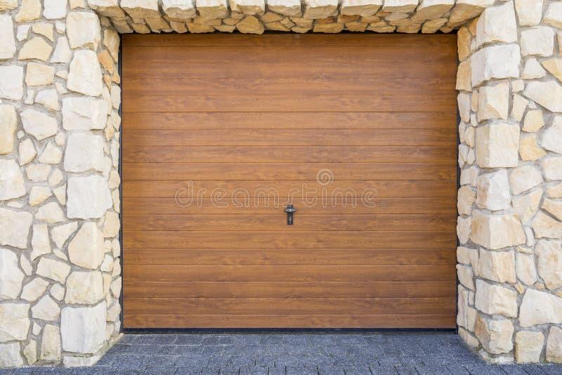 Drewniany garażu drzwi zdjęcia royalty free