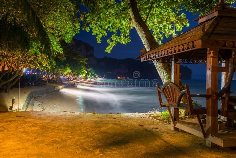 Drewniany gazebo morzem i noc widok Krabi uciekamy się, zdjęcie royalty free