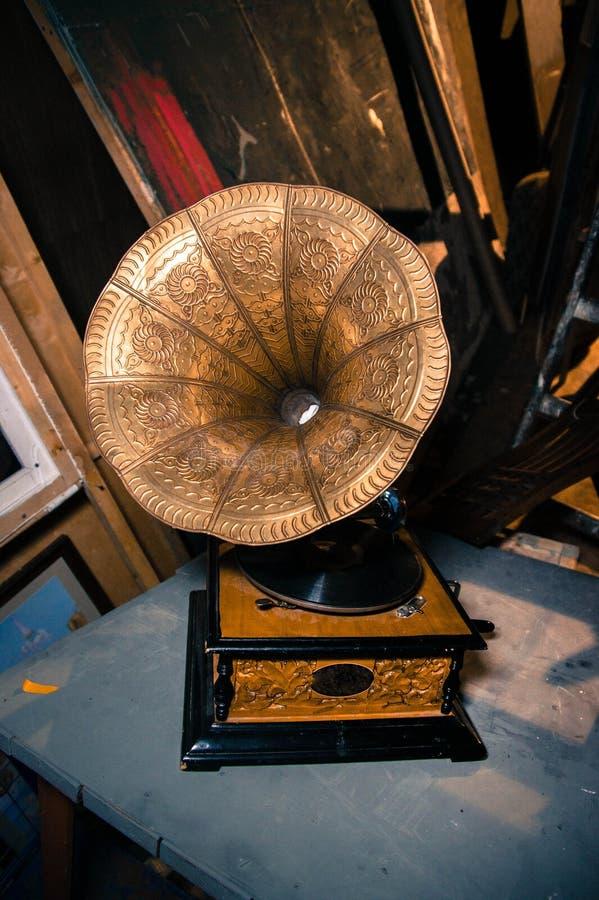 Drewniany gramofon z ornamentem na mosiężnym megafonie obraz royalty free