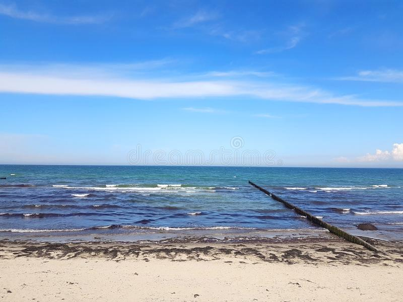 Drewniany groyne na plaży przy morzem bałtyckim zdjęcia royalty free
