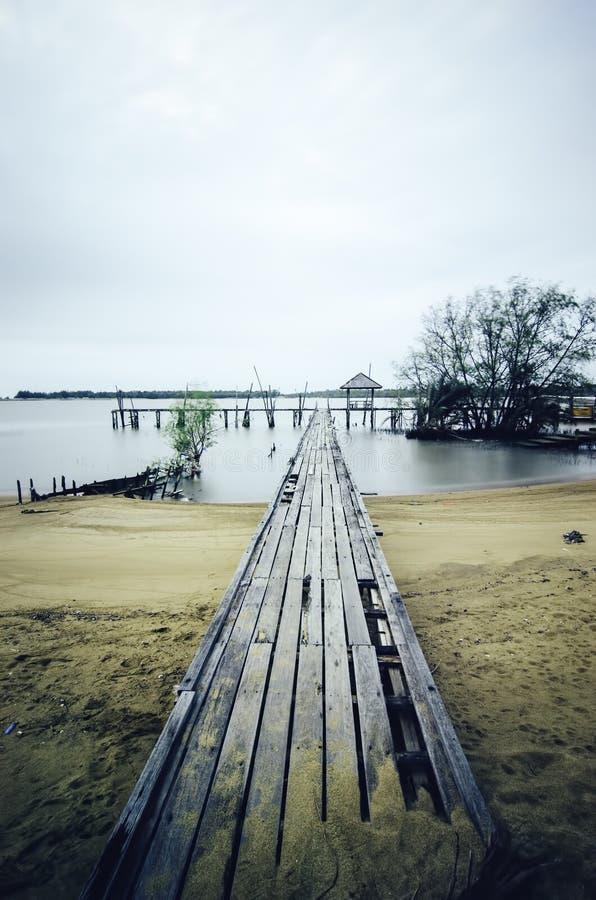 Drewniany jetty i dramatyczne chmury zdjęcie royalty free