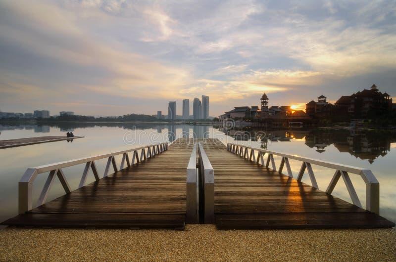 Drewniany jetty i piękna sceneria lakeshore wschodu słońca bac fotografia stock