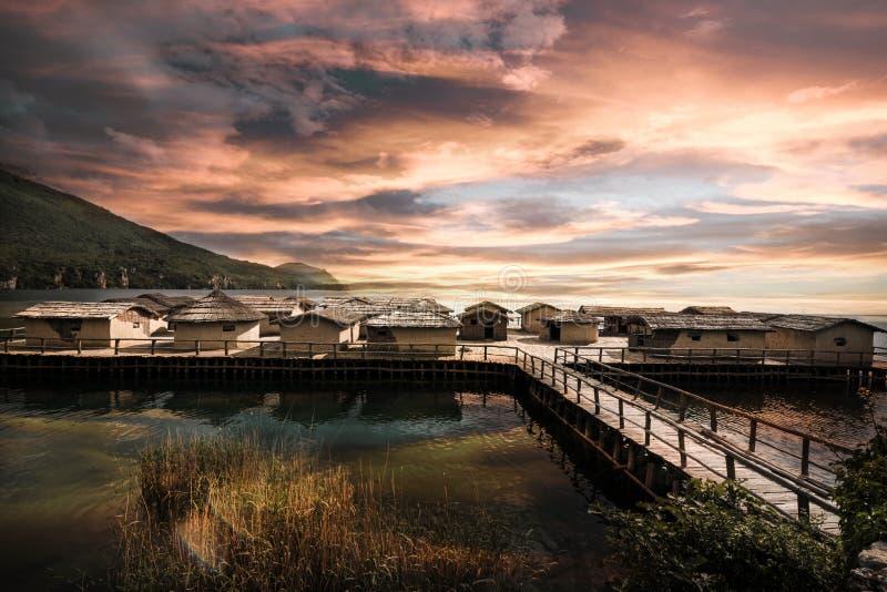 Drewniany jetty i zatoka ko?ci muzealne blisko Ohrid Macedonia zdjęcia stock