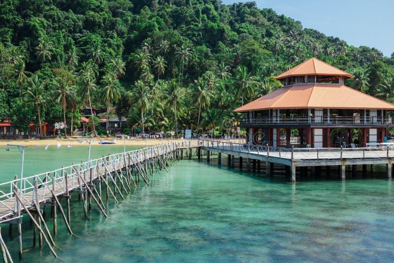 Drewniany jetty na egzot plaży fotografia royalty free