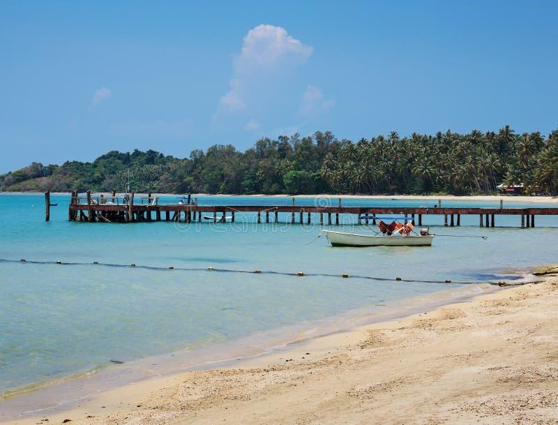 Drewniany jetty na egzot plaży Koh Chang wyspie, Tajlandia zdjęcie royalty free