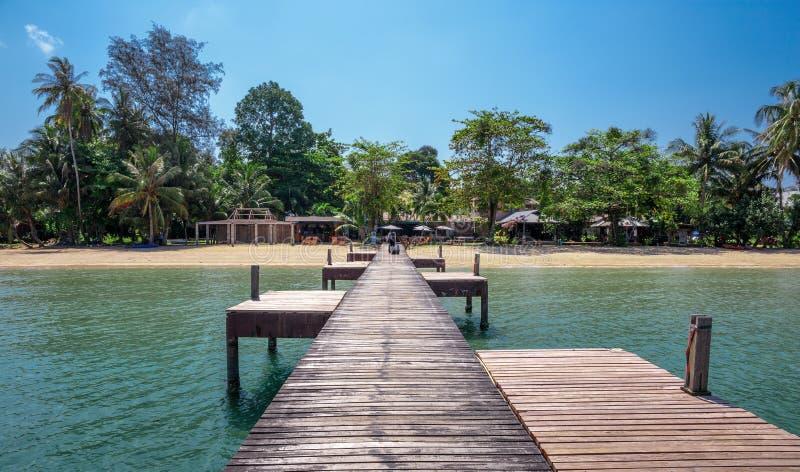 Drewniany jetty na egzot plaży Koh Chang wyspie, Tajlandia fotografia stock