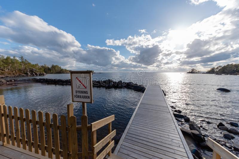 Drewniany jetty z szyldowym pikowaniem zakazującym w szwedach zdjęcie royalty free