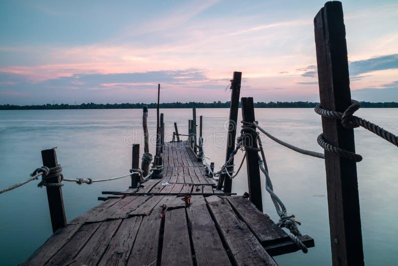 Drewniany jetty za morzu podczas zmierzchu fotografia royalty free