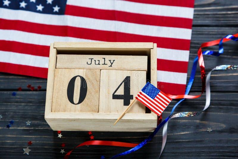Drewniany kalendarz 4th Lipa dzie? Ameryka?ska niezale?no??, dekoracje, flaga, ?wieczki, s?oma USA wakacje dekoracje fotografia royalty free