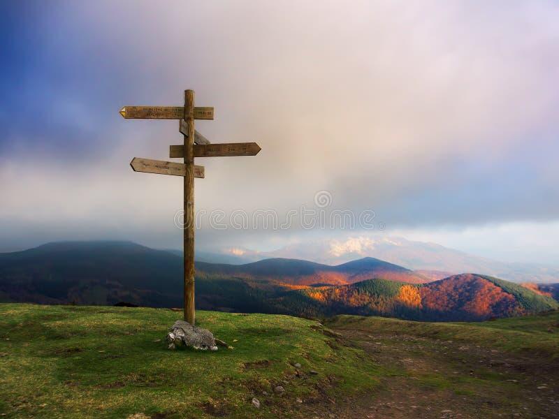 Download Drewniany Kierunkowskaz Na Górze Obraz Stock - Obraz złożonej z znak, chmury: 53787447