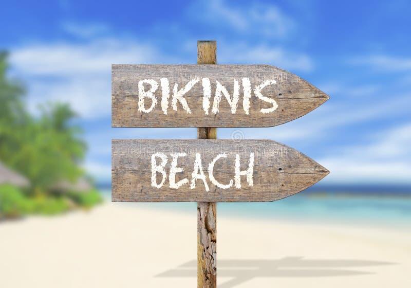 Drewniany kierunku znak z bikini plażą zdjęcie stock