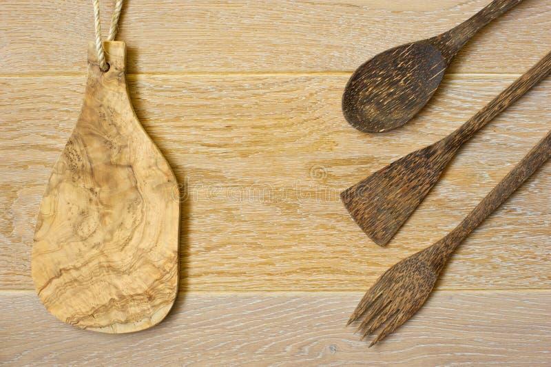 Drewniany kitchenware na drewnianym tle zdjęcie stock