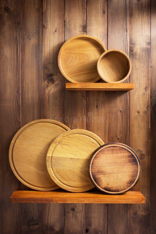 Drewniany kitchenware przy półką obrazy royalty free