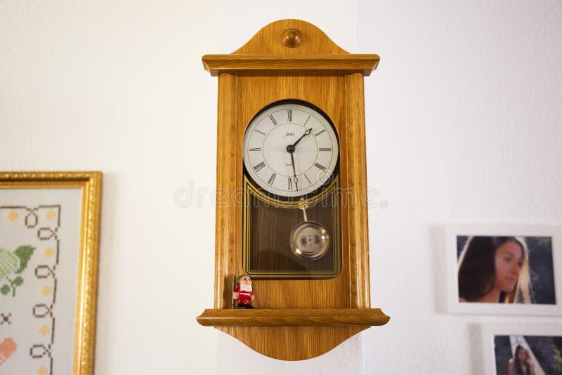 Drewniany klasyka zegaru Germany styl na ścianie w domu obrazy royalty free