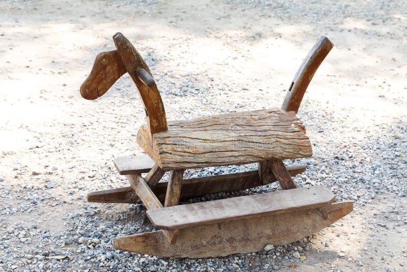 Drewniany kołysa koń w parku obraz royalty free