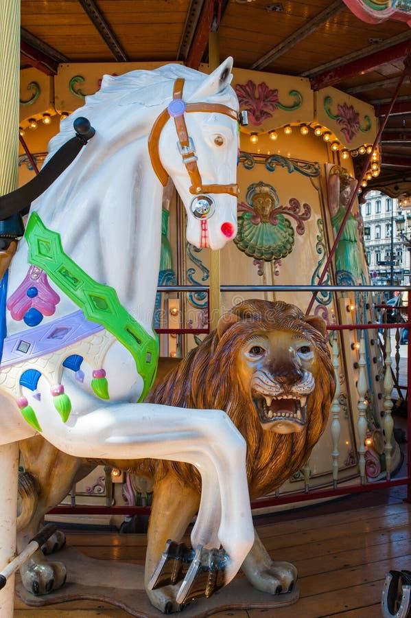 Drewniany koń i lew na rocznika carousel w Paryż, Francja obraz royalty free