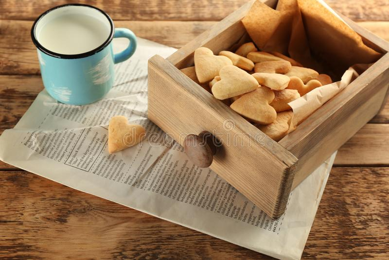 Drewniany kreślarz z serca masła kształtnymi ciastkami zdjęcie royalty free