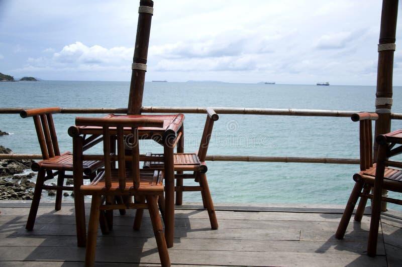 Drewniany krzesło morzem w Koh Sichang fotografia stock
