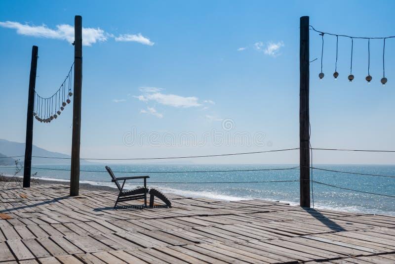 Drewniany krzesło na krajobrazowej scenie z plażą obrazy royalty free