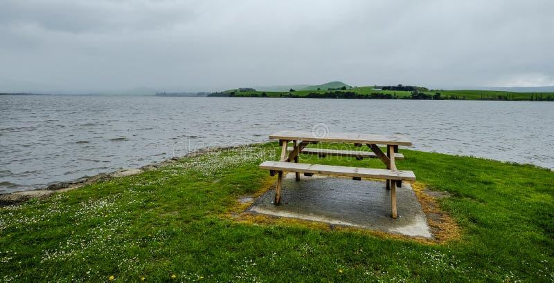 Drewniany krzesło na zielonym wzgórzu zdjęcie royalty free