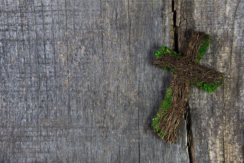 Drewniany krzyż lub krucyfiks na tle dla kondolencyjnej karty obraz stock