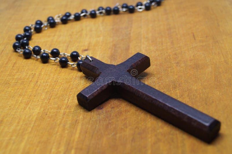 Drewniany krzyż z łańcuchem na stole zdjęcie royalty free