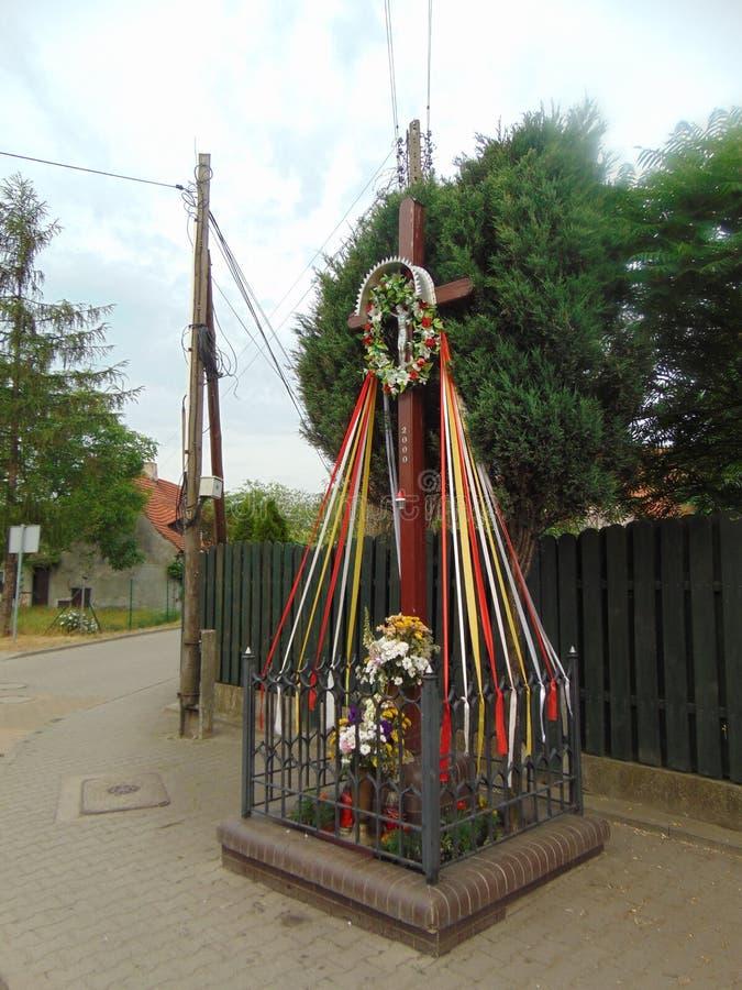 Drewniany krzyż z kwiat reklamy faborkami zdjęcie royalty free