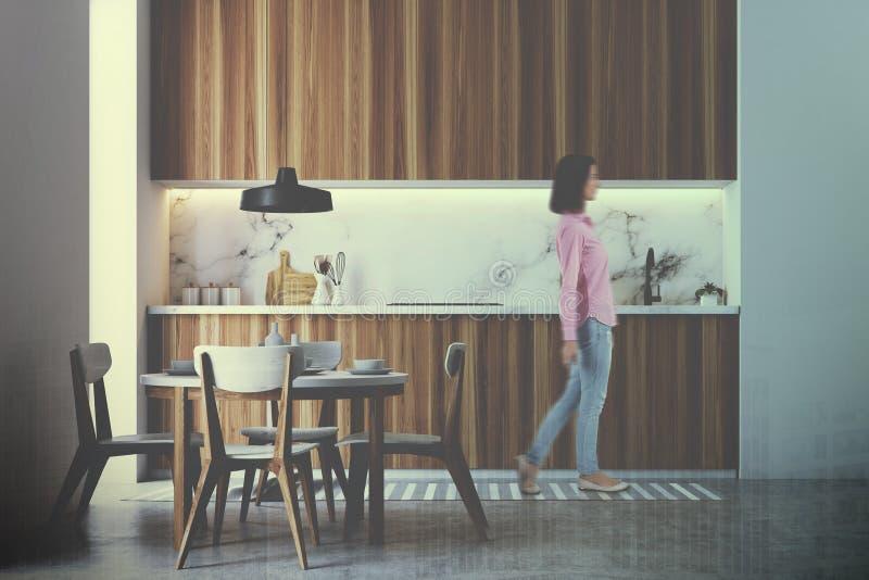 Drewniany kuchenny wnętrze, round stół tonujący obraz stock