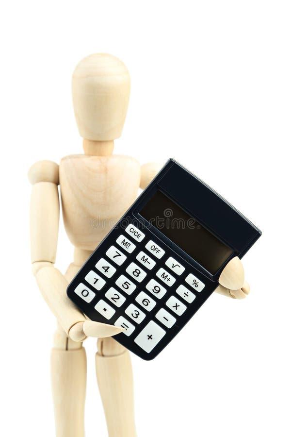 Drewniany mężczyzna chwyta kalkulator na białym tle obrazy stock