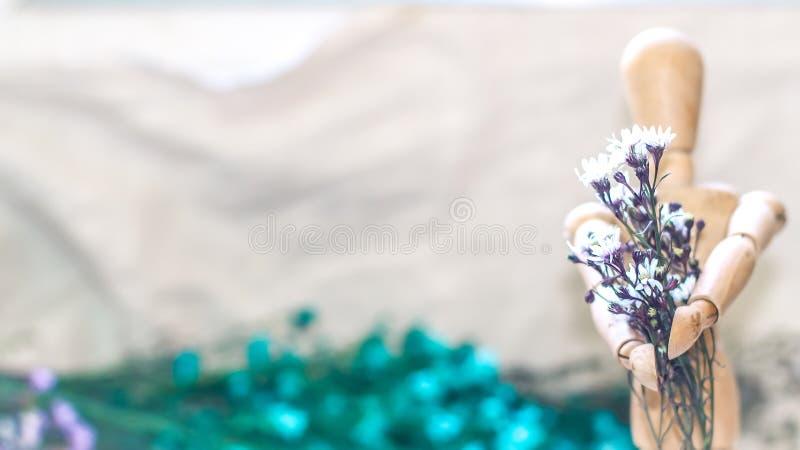 Drewniany m??czyzny mienie przed on bukiet kwiat walentynki dzie? zdjęcia stock