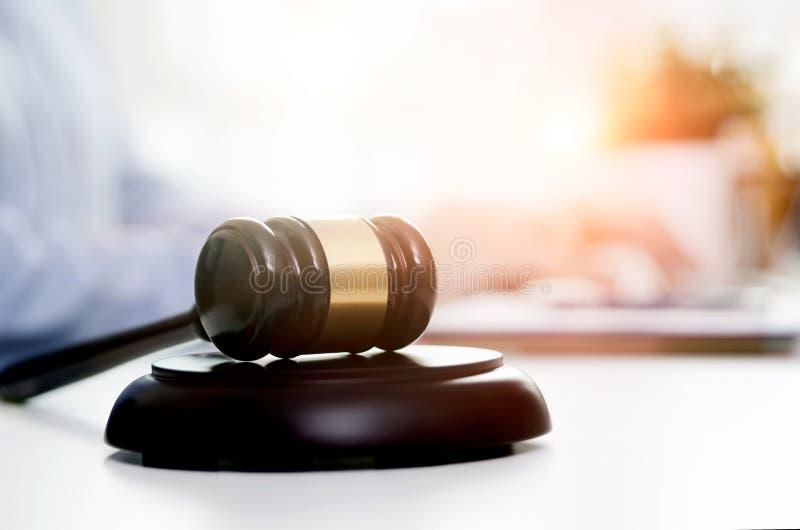 Drewniany młoteczek, pracujący prawnik w tle zdjęcia stock
