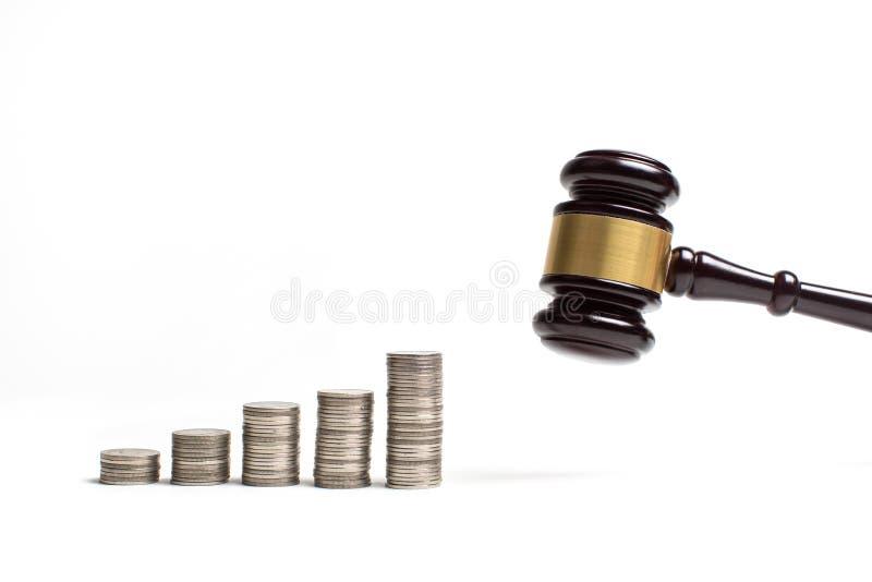 Drewniany młoteczek prawnik sprawiedliwość z menniczą walutą obraz stock