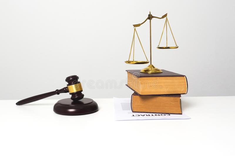 Drewniany młoteczek stawiający na białym biurko stole fotografia royalty free