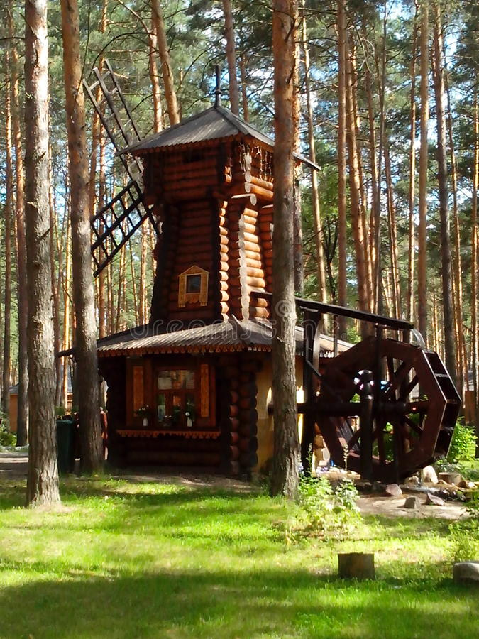 Drewniany młyn w sosnowym lesie fotografia royalty free