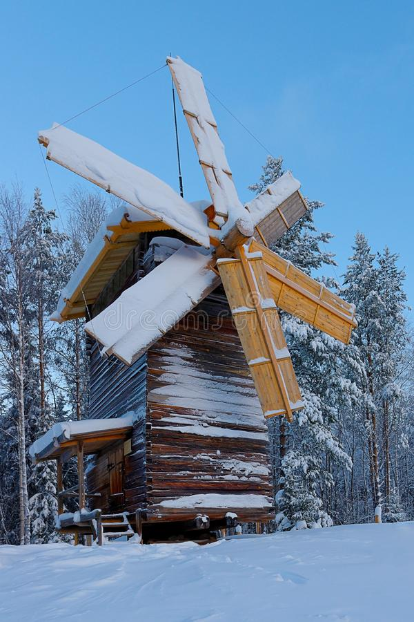 Drewniany młyn zakrywający z śniegiem, turystyczny powikłany Malye Karely, Arkhangelsk region, Rosja obraz royalty free