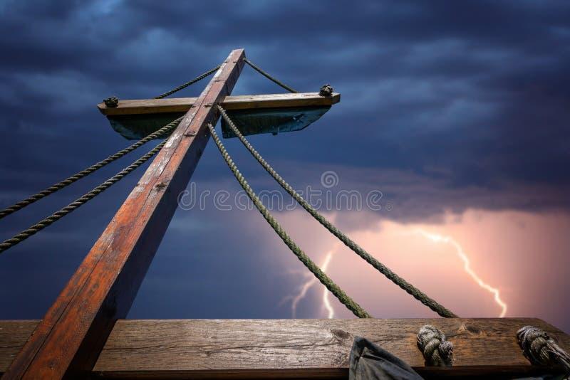Drewniany maszt pirata statek podczas burzy zdjęcie stock