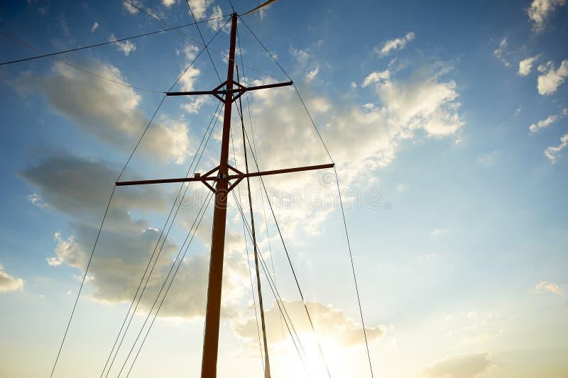 Drewniany maszt stary statek na tle niebieskie niebo Iść out morze i przygody obraz royalty free