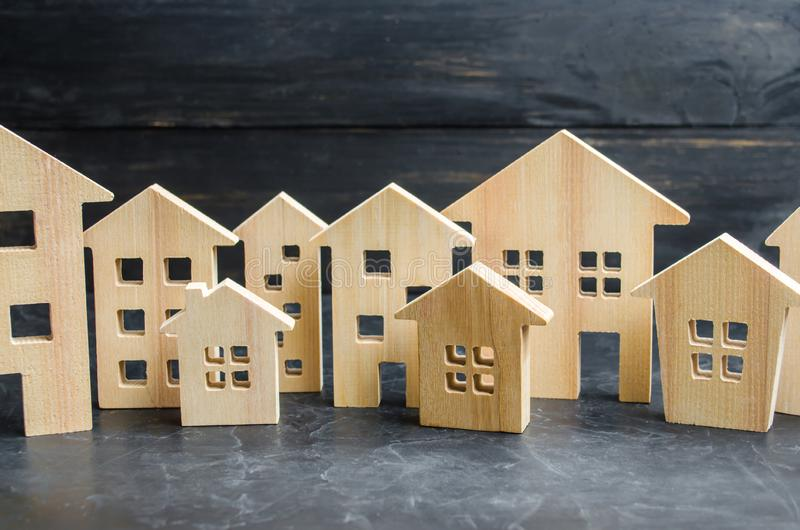 Drewniany miasto i domy pojęcie wzrastające ceny dla mieścić lub czynszu Rosnący popyt dla mieścić i nieruchomości