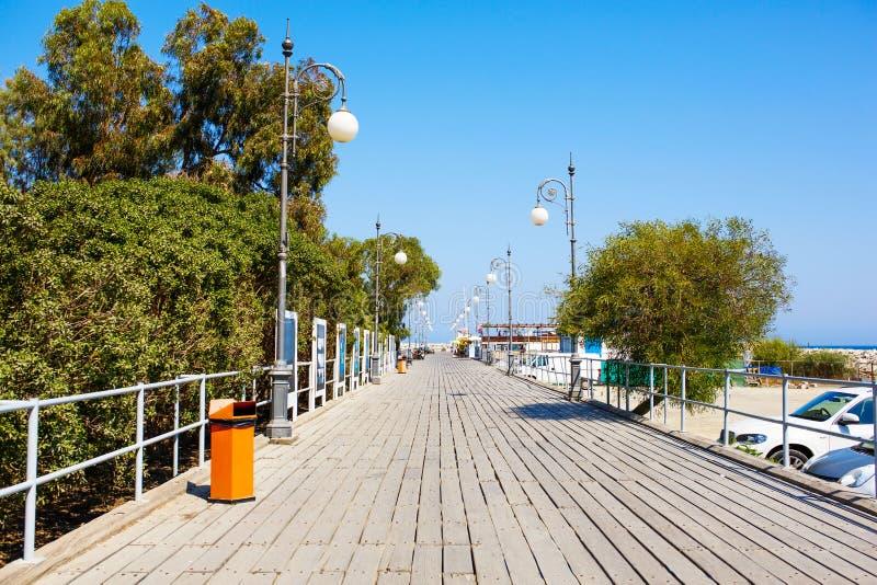 Drewniany molo dla jachtów w Larnaka porcie obrazy royalty free