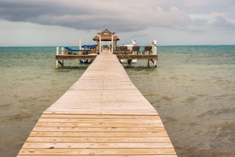 Drewniany molo dok, widok na ocean przy Caye doszczelniaczem Belize Karaiby i obrazy stock