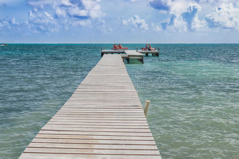 Drewniany molo dok, widok na ocean przy Caye doszczelniaczem Belize Karaiby i fotografia royalty free