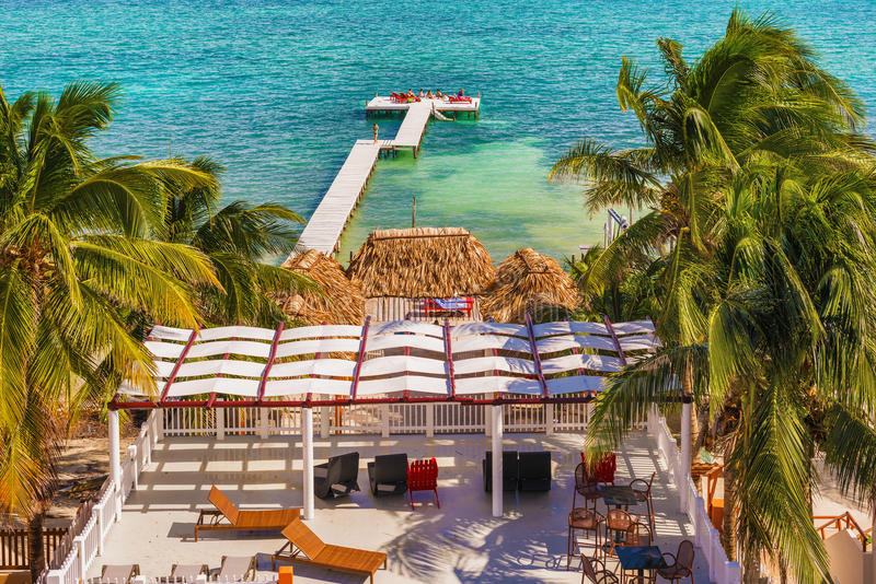Drewniany molo dok, widok na ocean przy Caye doszczelniaczem Belize Karaiby i obraz stock