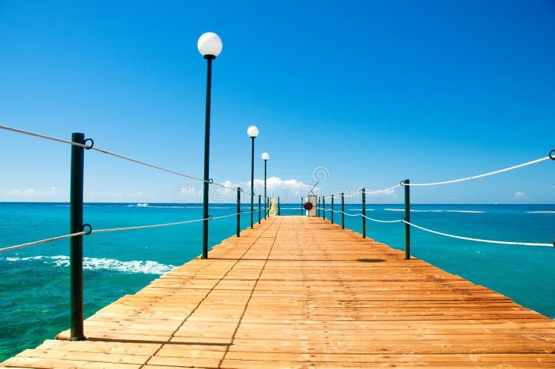 Drewniany molo, egzotyczny morze i niebieskie niebo, lata tła piękna ilustracyjny wektora Urlopowy i podróżny pojęcie obraz royalty free