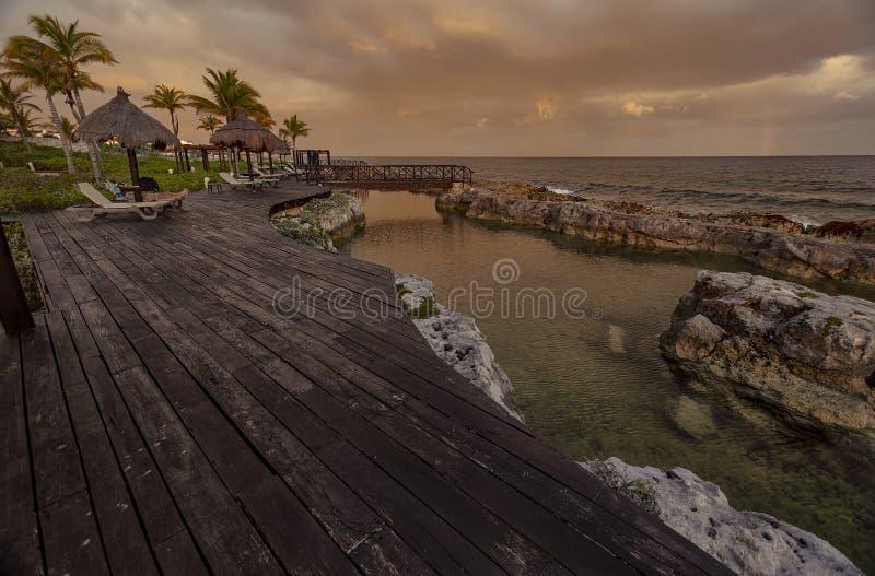 Drewniany molo przegapia morze przy półmrokiem zdjęcie stock
