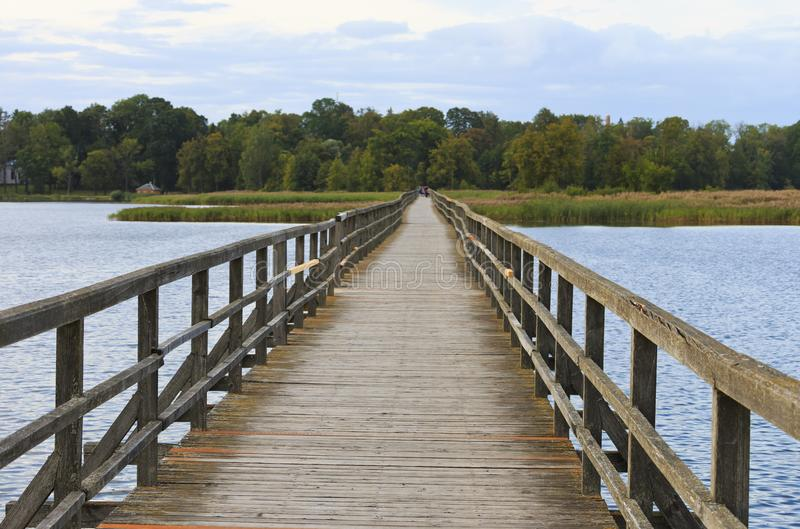 Drewniany most dla pedestrians na Sirvenos jeziorze zdjęcie royalty free