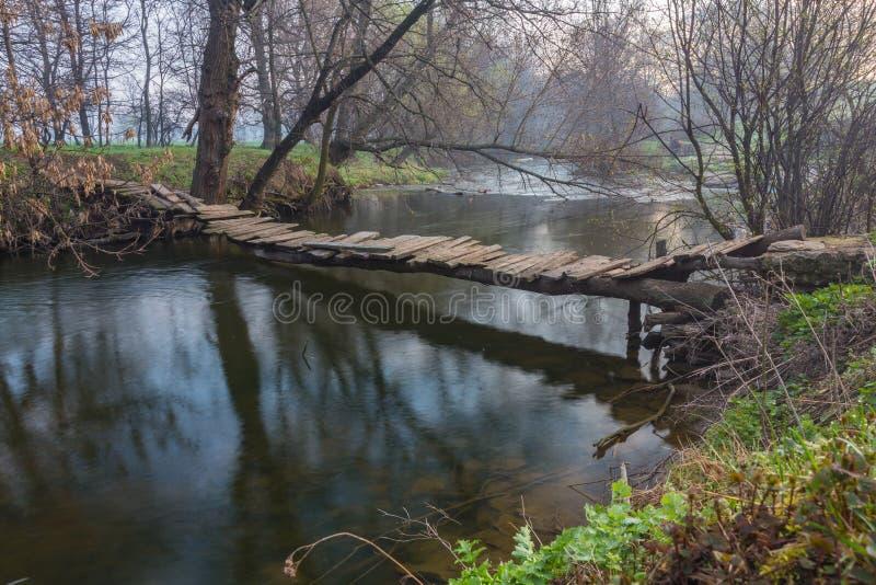 Drewniany most nad rzeką zdjęcie royalty free